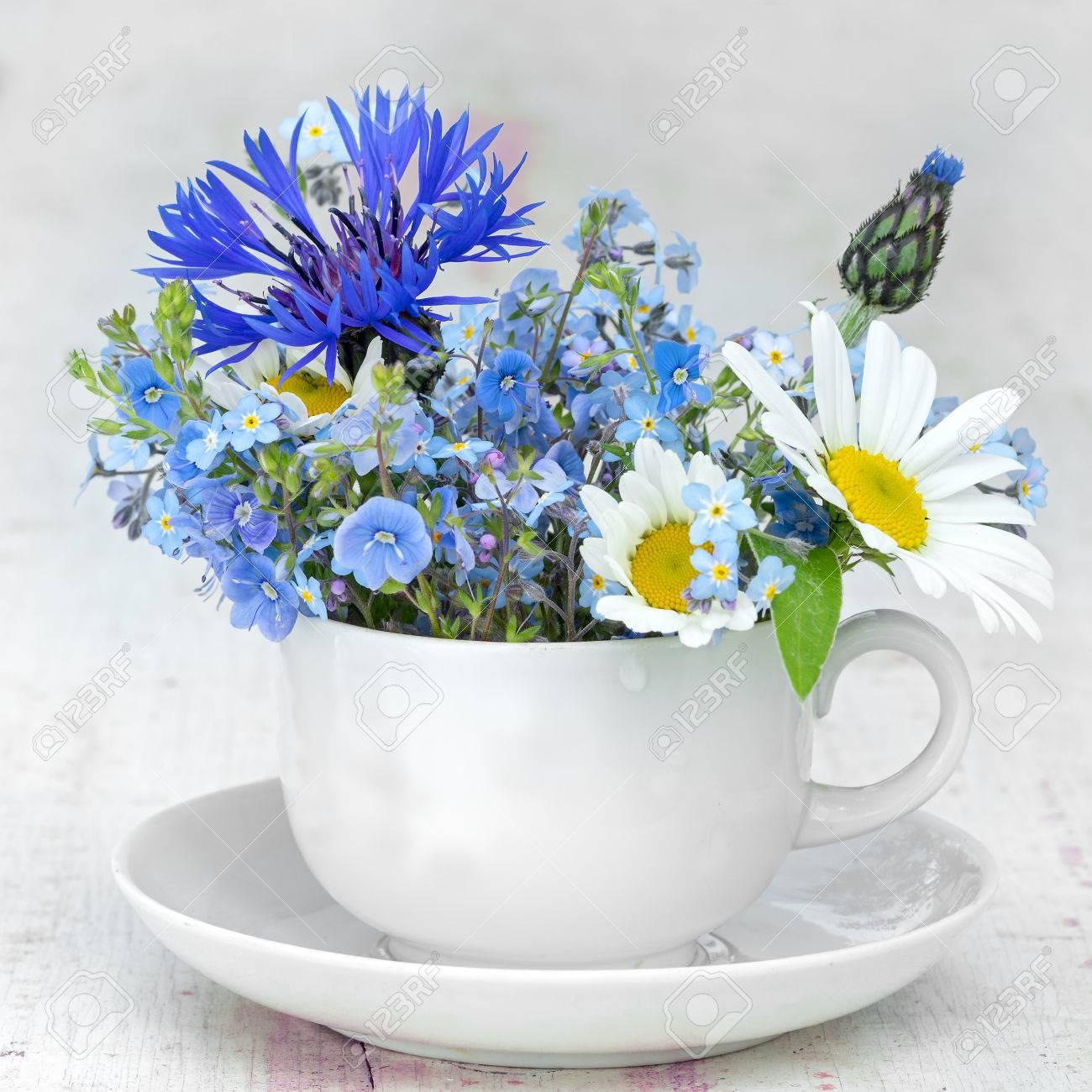 Tazza Di Caffè Bianco E Piattino Con Un Mazzo Di Fiori Selvatici Non Dimenticarmi Fiore Di Mais E Camomilla Composizione Quadrata Copia Spazio Per