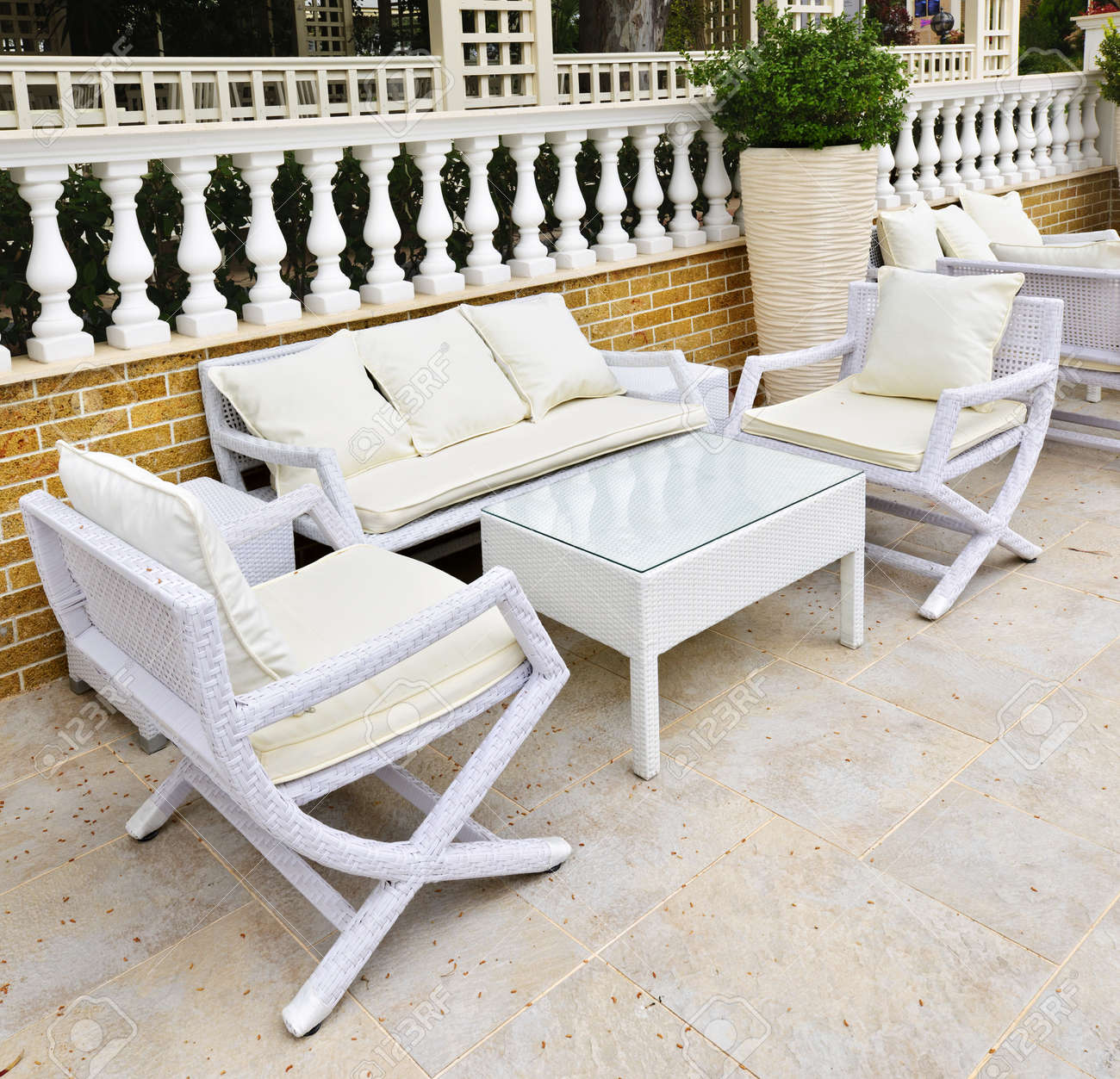 banque d images meubles de patio en osier plein air dans la zone pavee de pierres naturelles