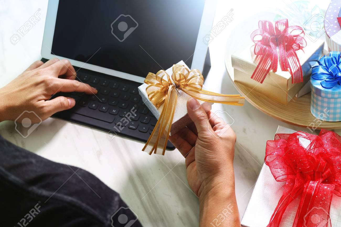 livraison de cadeaux surprise ordinateur tablette accueil clavier intelligent telephone intelligent sur le bureau mable effet de film de filtre