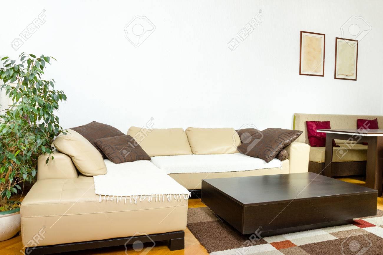 canape d angle jaune avec des coussins colores et noir table basse en bois salon ou a l interieur avec un design moderne et elegant concept de maison contemporaine photo a l interieur banque d images