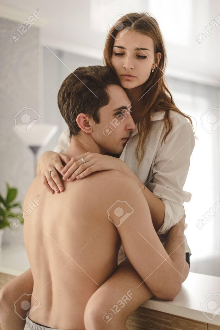 couple d amoureux dans la cuisine le probleme entre la jeune femme et l homme