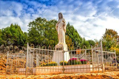 Heilige Jungfrau Maria Statue Auf Dem Berg Podbrdo, Die Erscheinung Hügel  über Dem Dorf Von Medjugorje In Bosnien Ed Erzegovina Lizenzfreie Fotos,  Bilder Und Stock Fotografie. Image 35669246.
