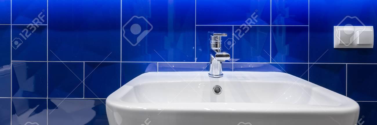 panorama de la salle de bains moderne avec lavabo blanc et elegant carrelage bleu brillant