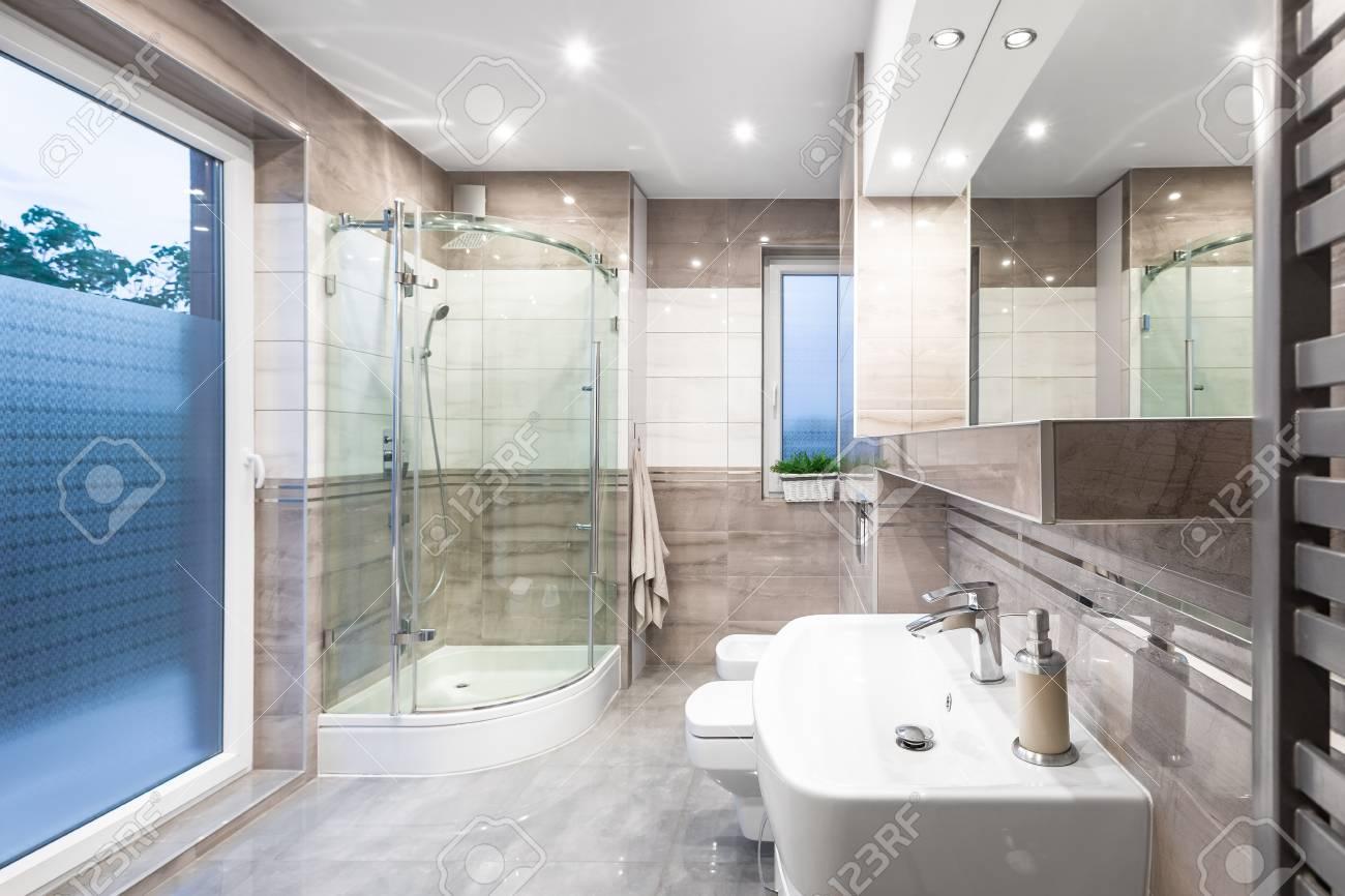 Nouvelle Salle De Bain Design En Blanc Et Beige Avec Fenetre Douche A L Italienne Lavabo Et Grand Miroir Banque D Images Et Photos Libres De Droits Image 63530689