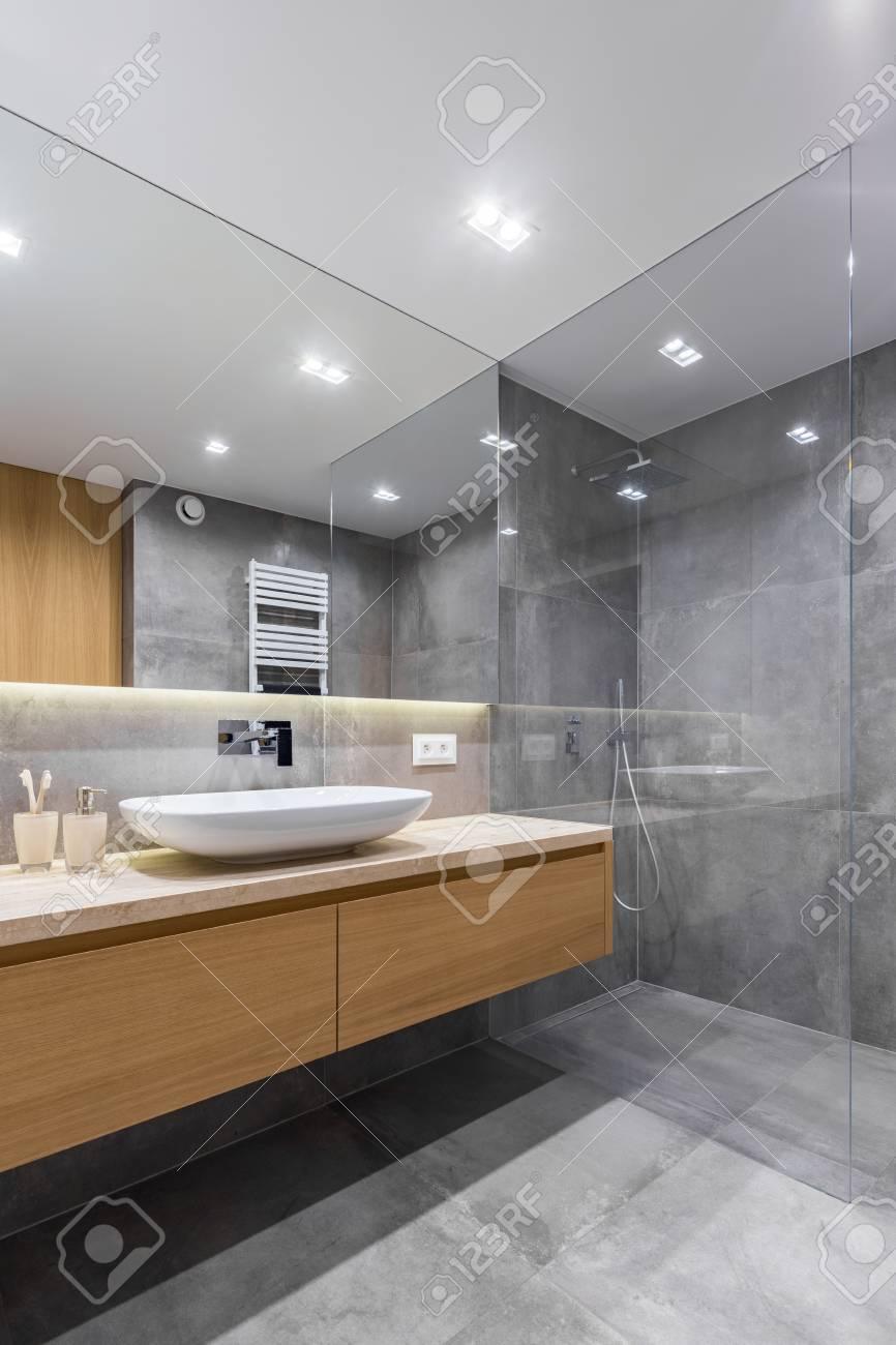 salle de bain grise avec long comptoir miroir et douche a l italienne banque d images et photos libres de droits image 86434807