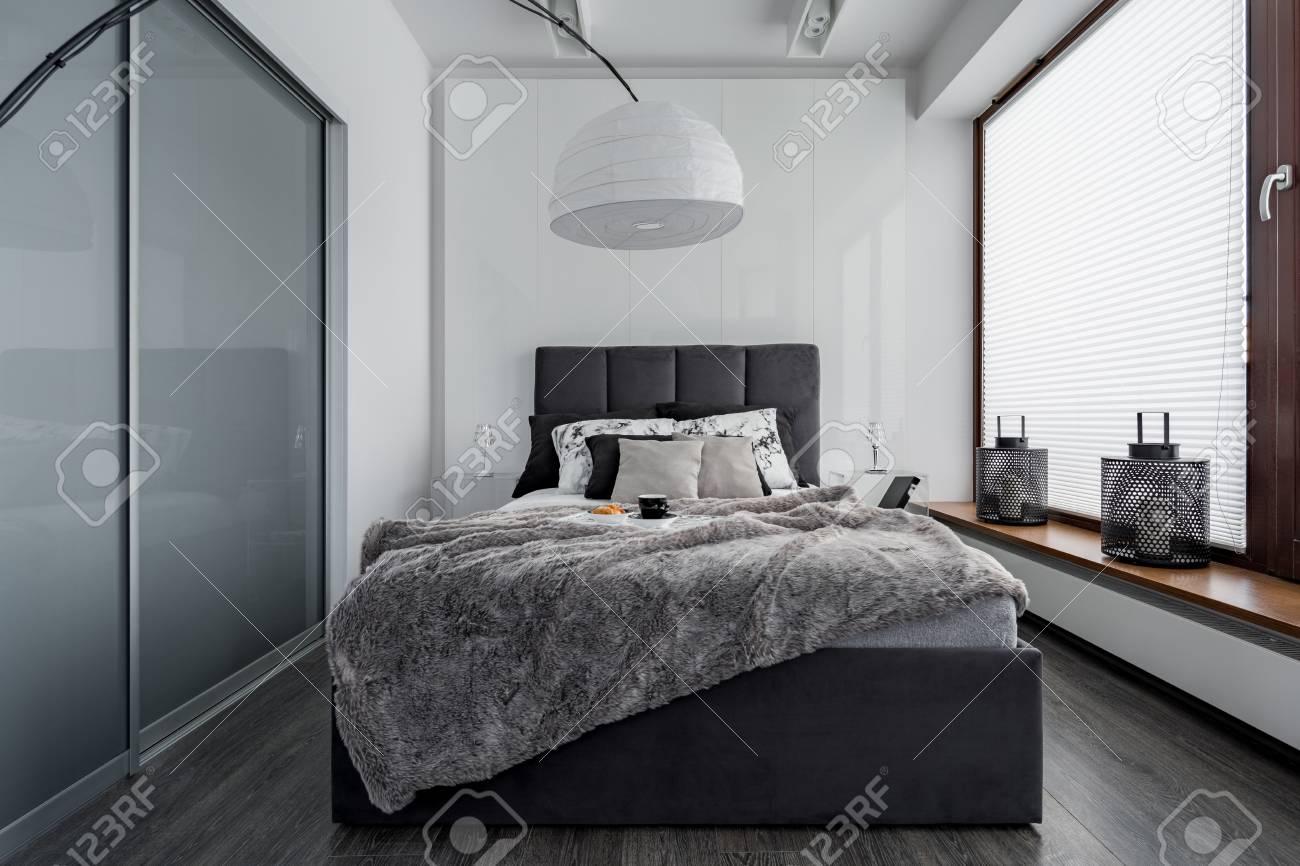 chambre gris et blanc avec lit double lampe moderne et armoire a portes coulissantes banque d images et photos libres de droits image 87418224