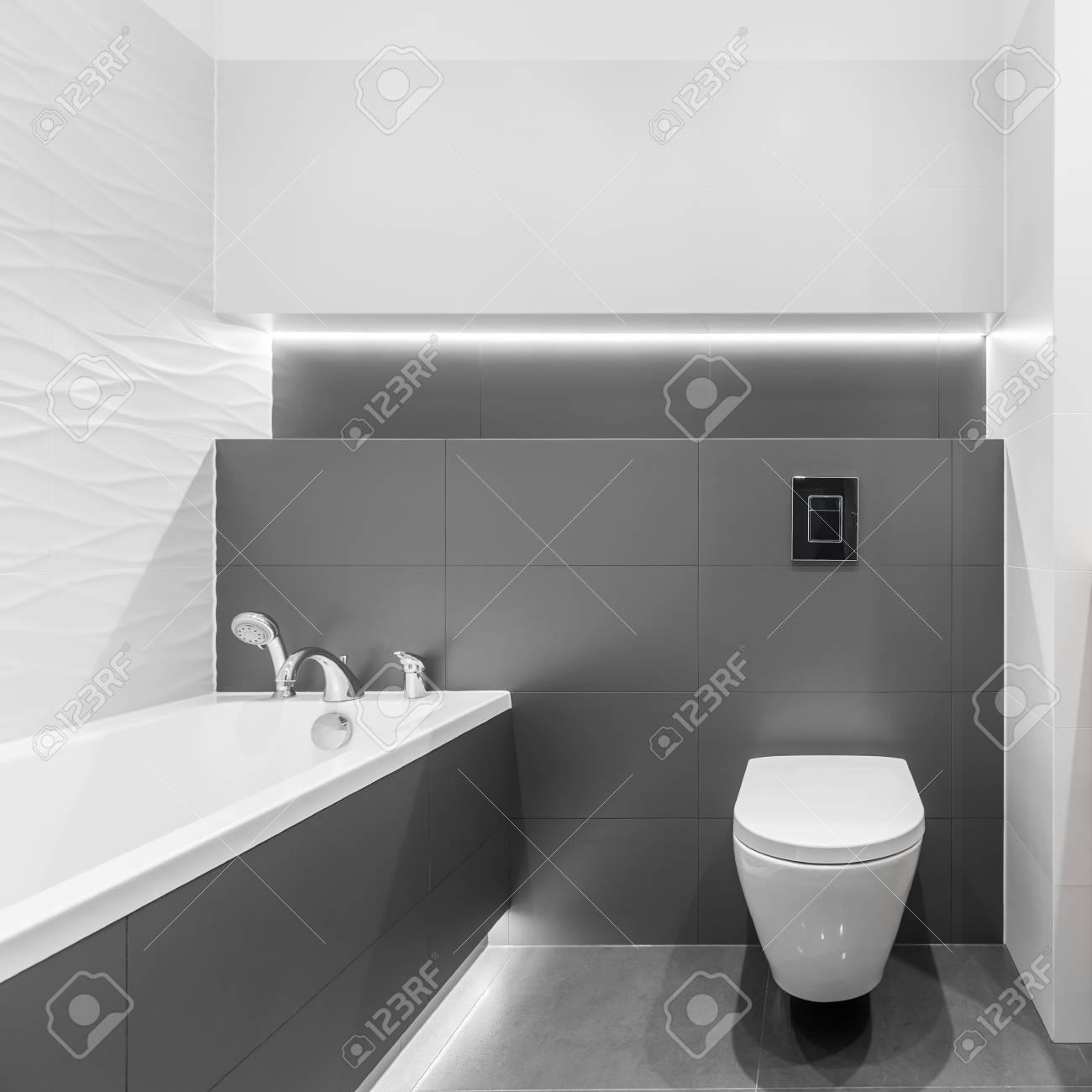 salle de bain grise et blanche avec carrelage texture toilettes et baignoire banque d images et photos libres de droits image 94219314