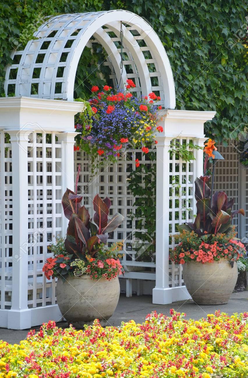 blanc arche en bois dans le jardin colore d ete