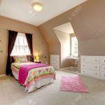 Grosser Brown Baby Schlafzimmer Mit Bett Rosa Und Beige Teppich Lizenzfreie Fotos Bilder Und Stock Fotografie Image 13888974