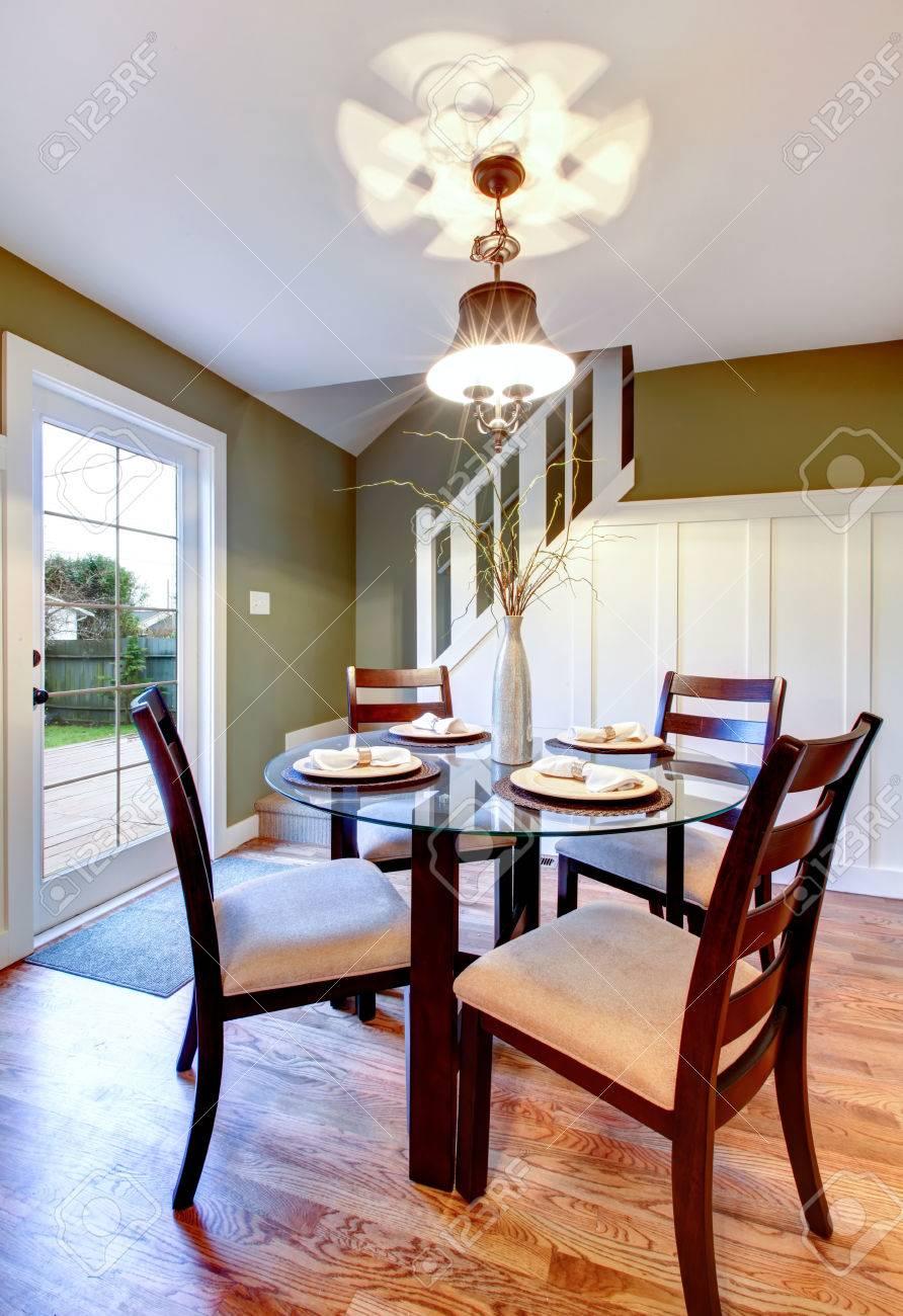 https fr 123rf com photo 25666724 lumineux petite salle c3 a0 manger avec d c3 a9brayage pont plancher de bois franc escalier blanc et mur d oli html