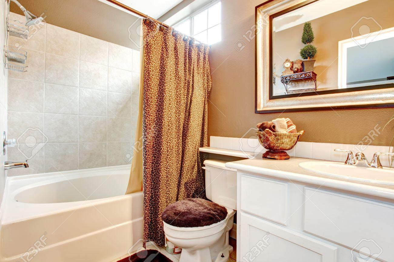 https fr 123rf com photo 26209823 salle de bains de mur beige avec meuble vasque blanc miroir toilettes et baignoire d c3 a9cor c3 a9 avec des ridea html