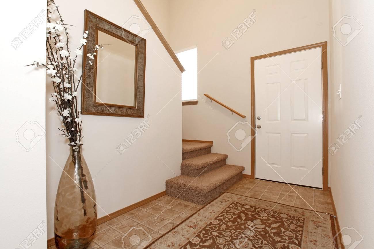 lumiere hall d entree de mur avec un tapis decore avec un miroir et un vase avec des branches seches banque d images et photos libres de droits image 26301718