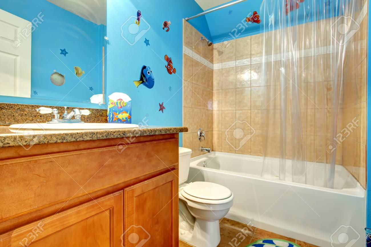 https fr 123rf com photo 26496153 salle de bain beige avec con c3 a7u mur bleu html