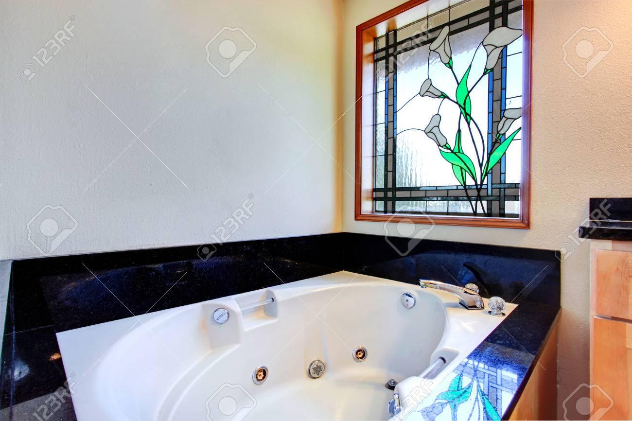https fr 123rf com photo 27594049 salle de bains avec baignoire c3 a0 remous blanc carrelage noir garniture autour de lui et vitrail html