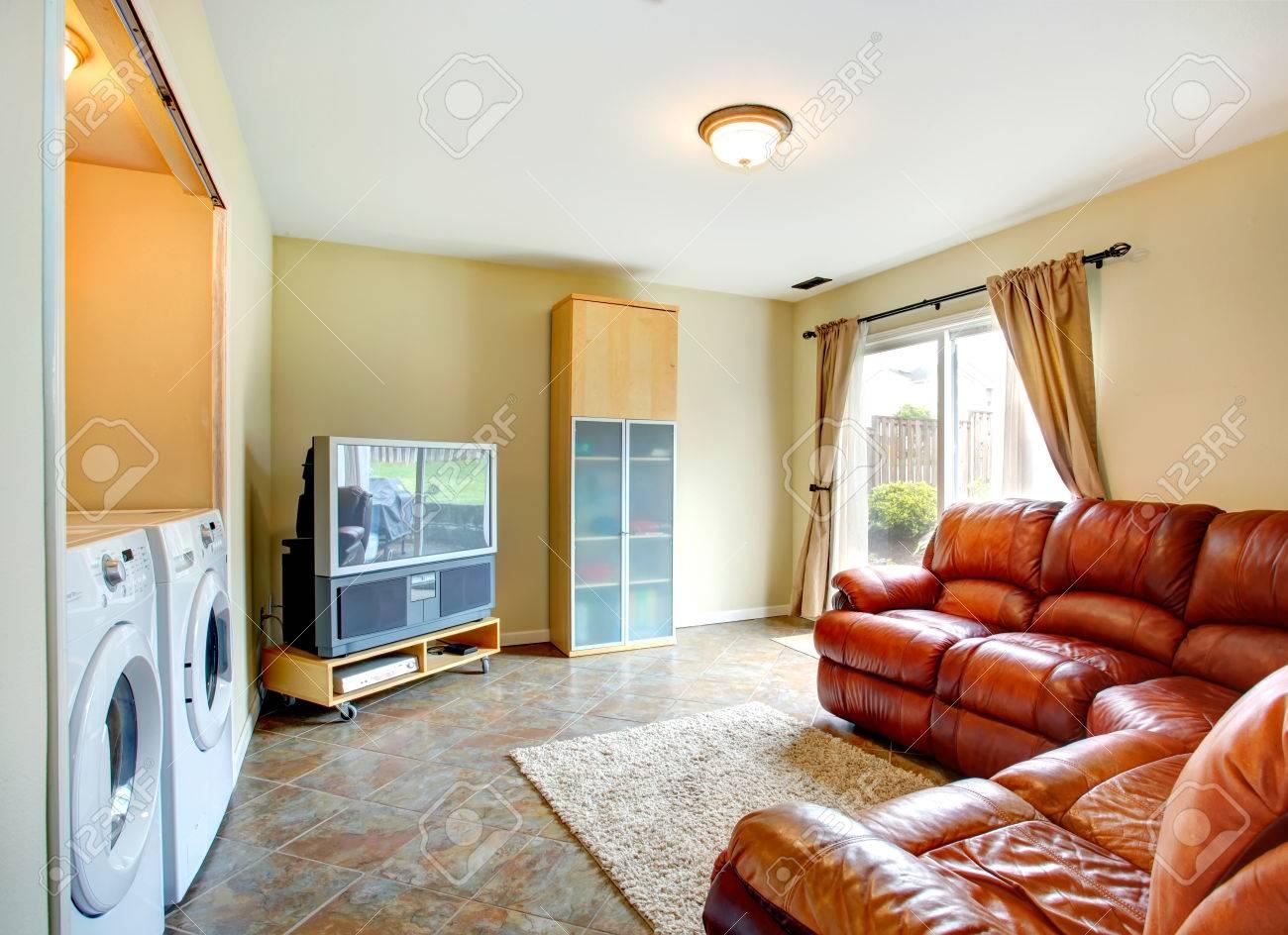 lumineux petit salon avec canape en cuir brun tv et armoire chambre a un haut buanderie avec lave linge et seche linge banque d images et photos libres de droits image 27594141