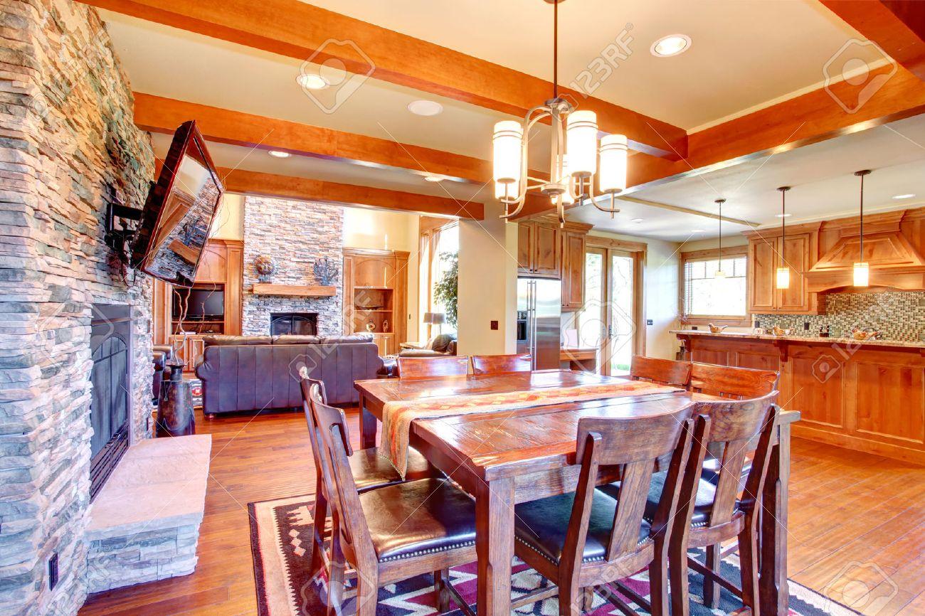 interieur salle a manger poutres de plafond se marient parfaitement avec l equilibre de mur en pierre et cheminee salle a manger a mis la table en