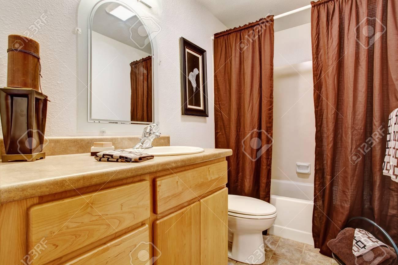 interieur des tons clairs de salle de bains avec meuble salle de bain de miel de la vanite et de rideaux bruns banque d images et photos libres de droits image 30007803
