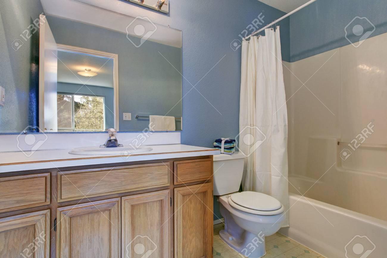interieur de salle de bain bleu clair simple avec coffret en bois salle de bain vasque et miroir banque d images et photos libres de droits image 30050708