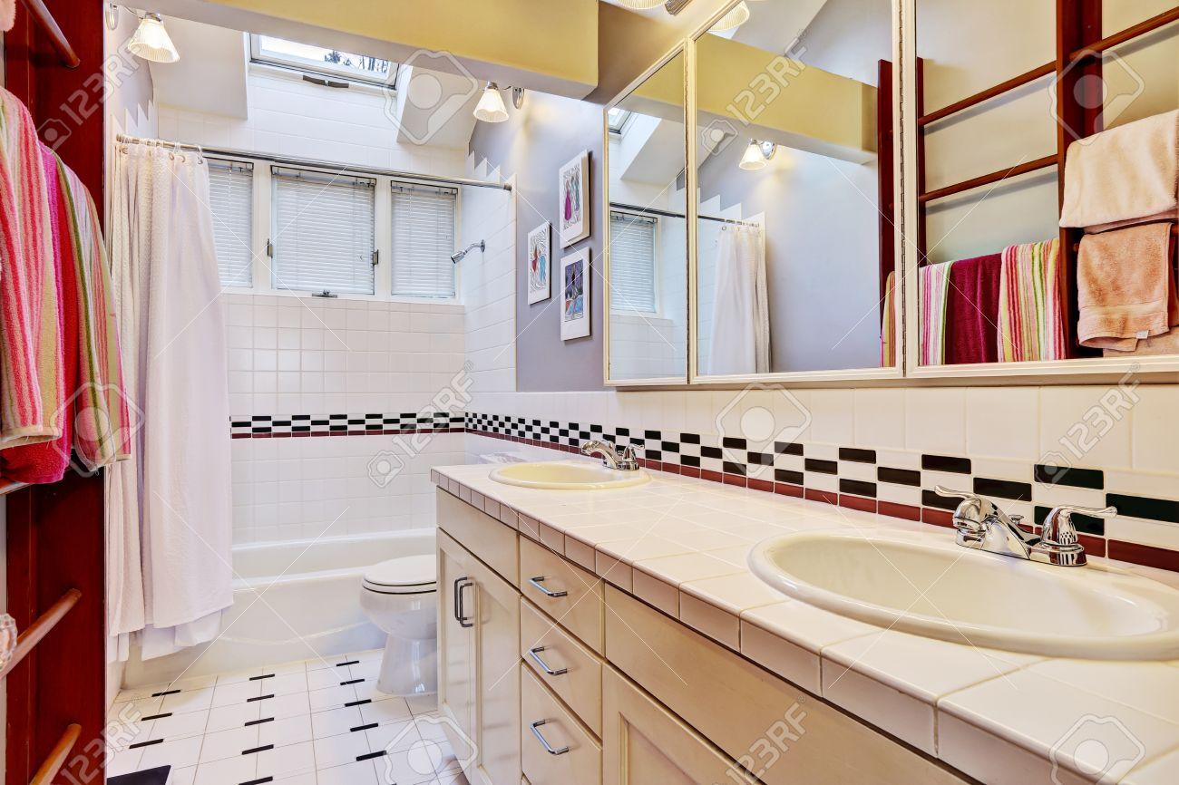 interieur de salle de bains lumineuse avec bordure en carrelage mural salle de bain blanche baignoire wc et meuble vasque banque d images et photos libres de droits image 30282791