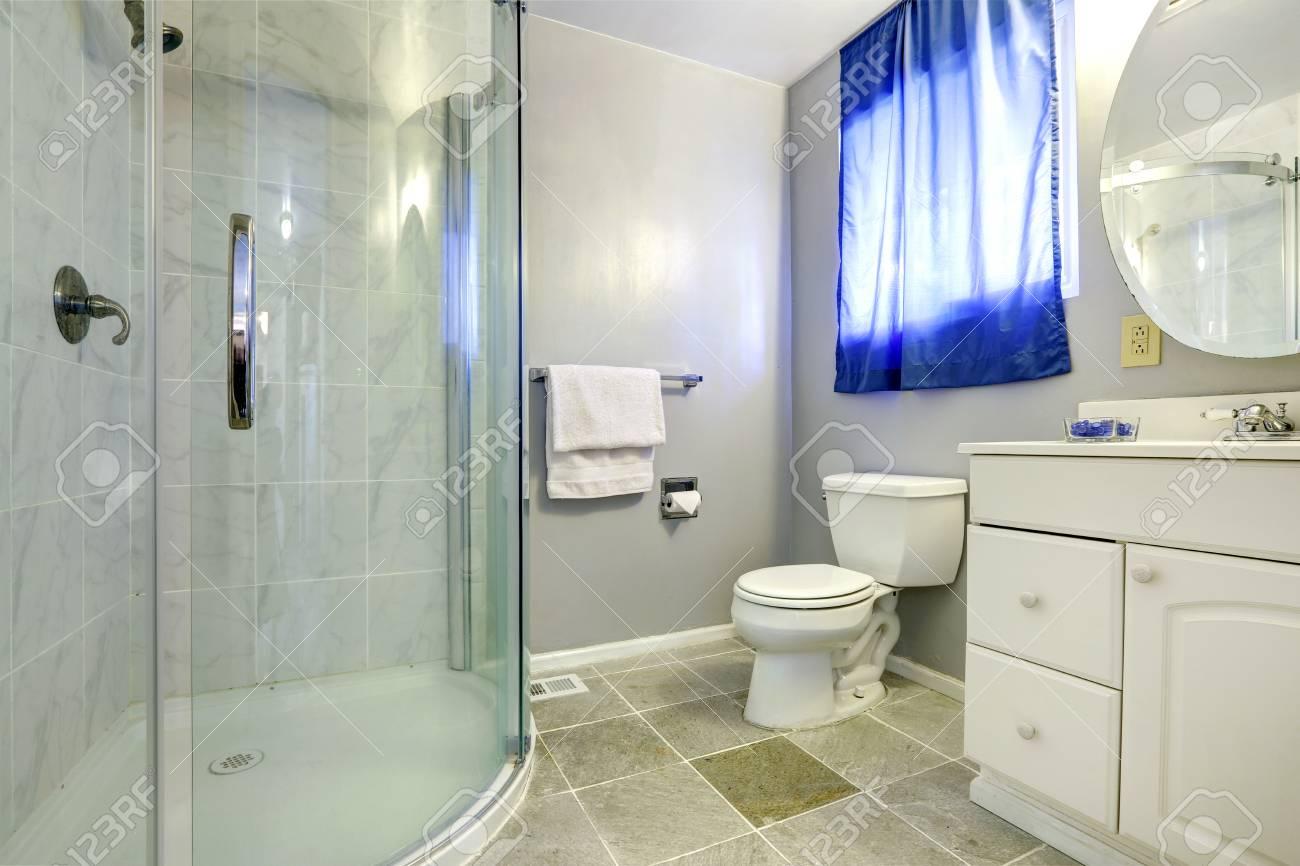 interieur salle de bain avec douche porte vitree et blanc meuble lavabo banque d images et photos libres de droits image 30761197