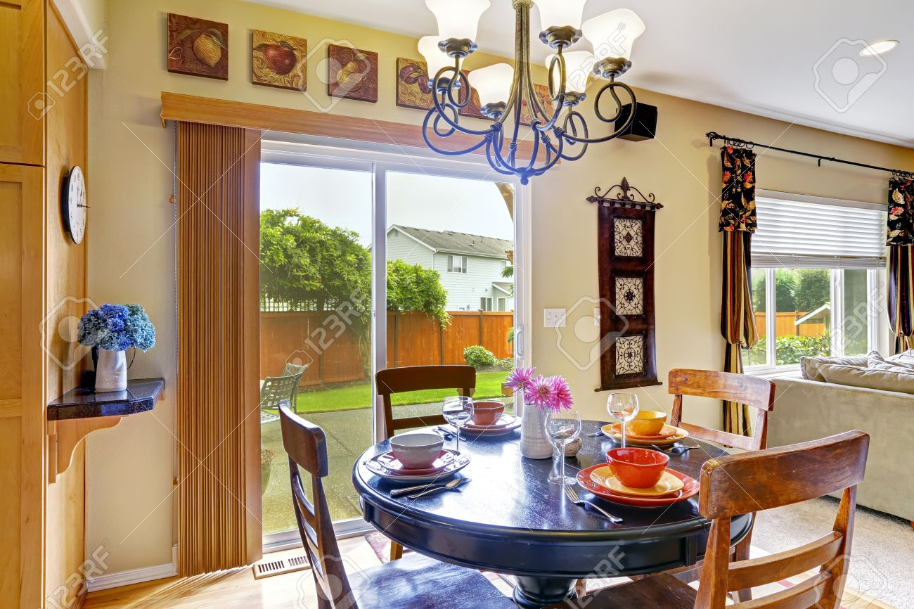 banque d images salle a manger lumineuse dans la salle de cuisine avec sortie sur terrasse arriere table ronde servi avec chaises