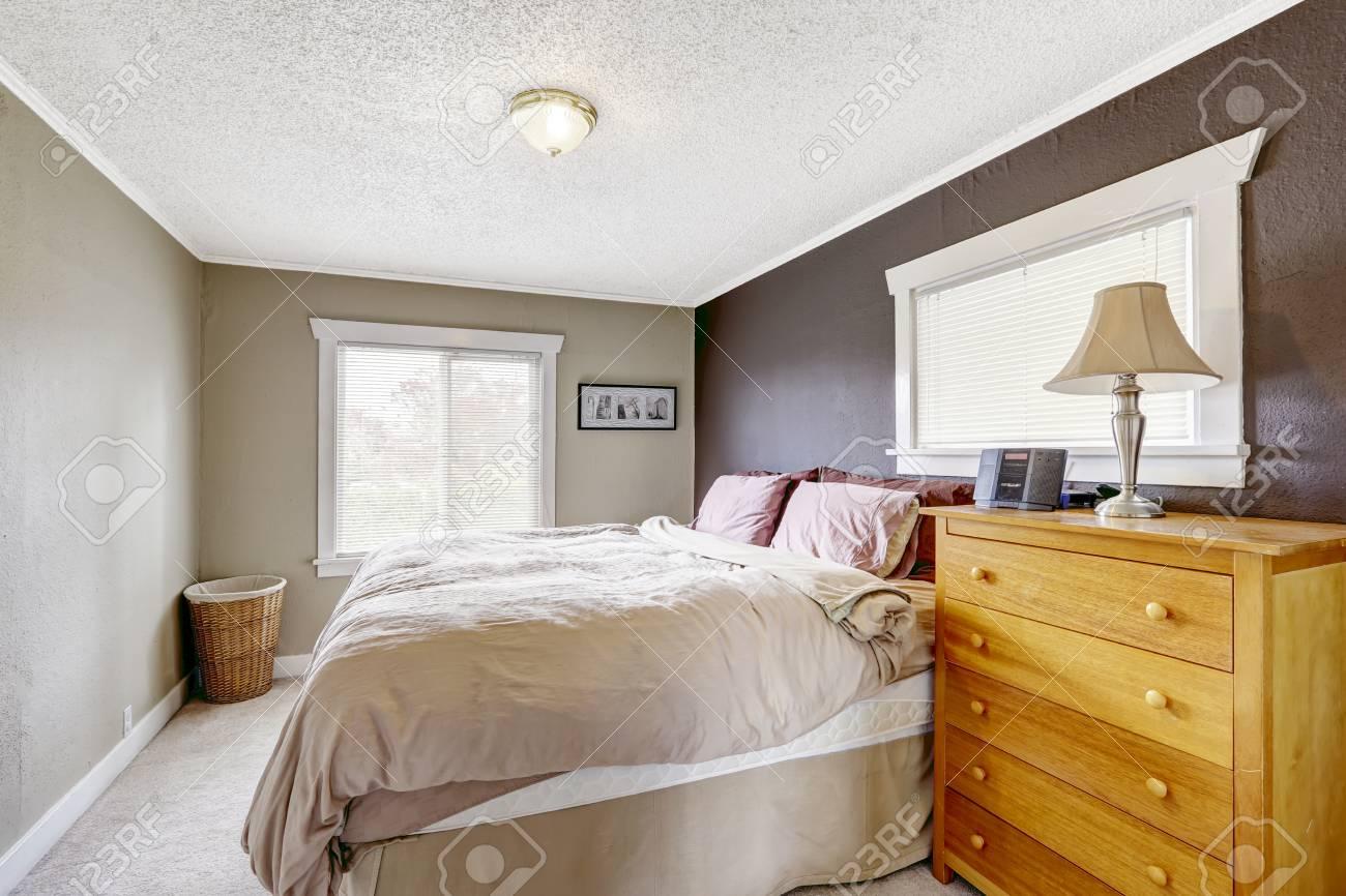 chambre avec lit queen size confortable mur de couleur de contraste de couleurs gris fonce et brun clair banque d images et photos libres de droits image 32040827