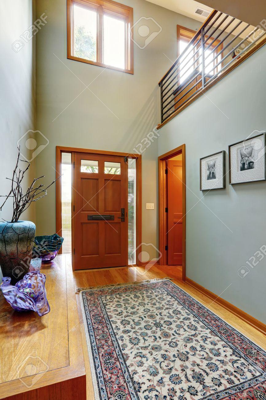 hall d entree dans la maison moderne avec des murs aqua tonalite et de hauts plafonds hall d entree avec plancher de bois franc et tapis sur elle banque d images et photos libres de