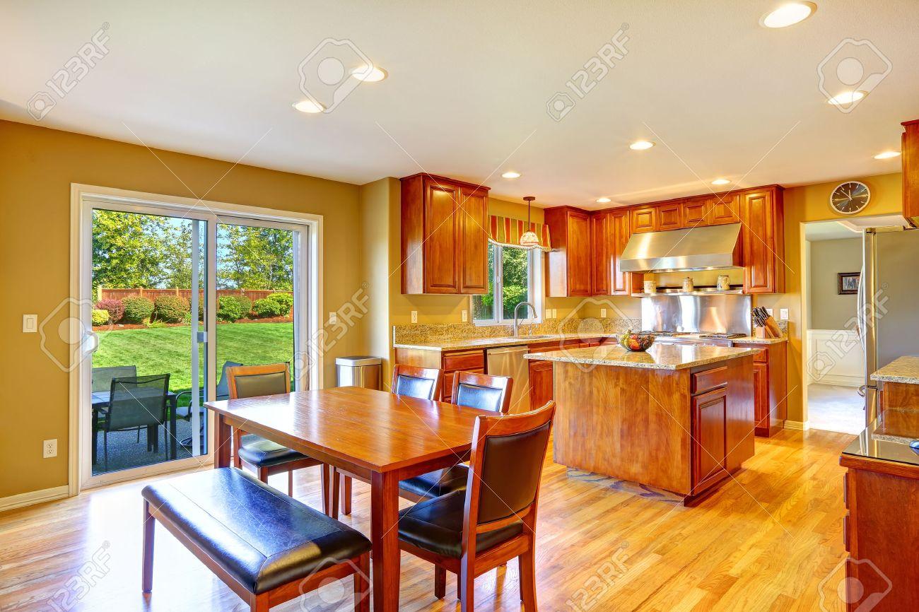 banque d images luxe salle de cuisine avec ilot table de salle a manger ensemble et de sortie a la cour patio