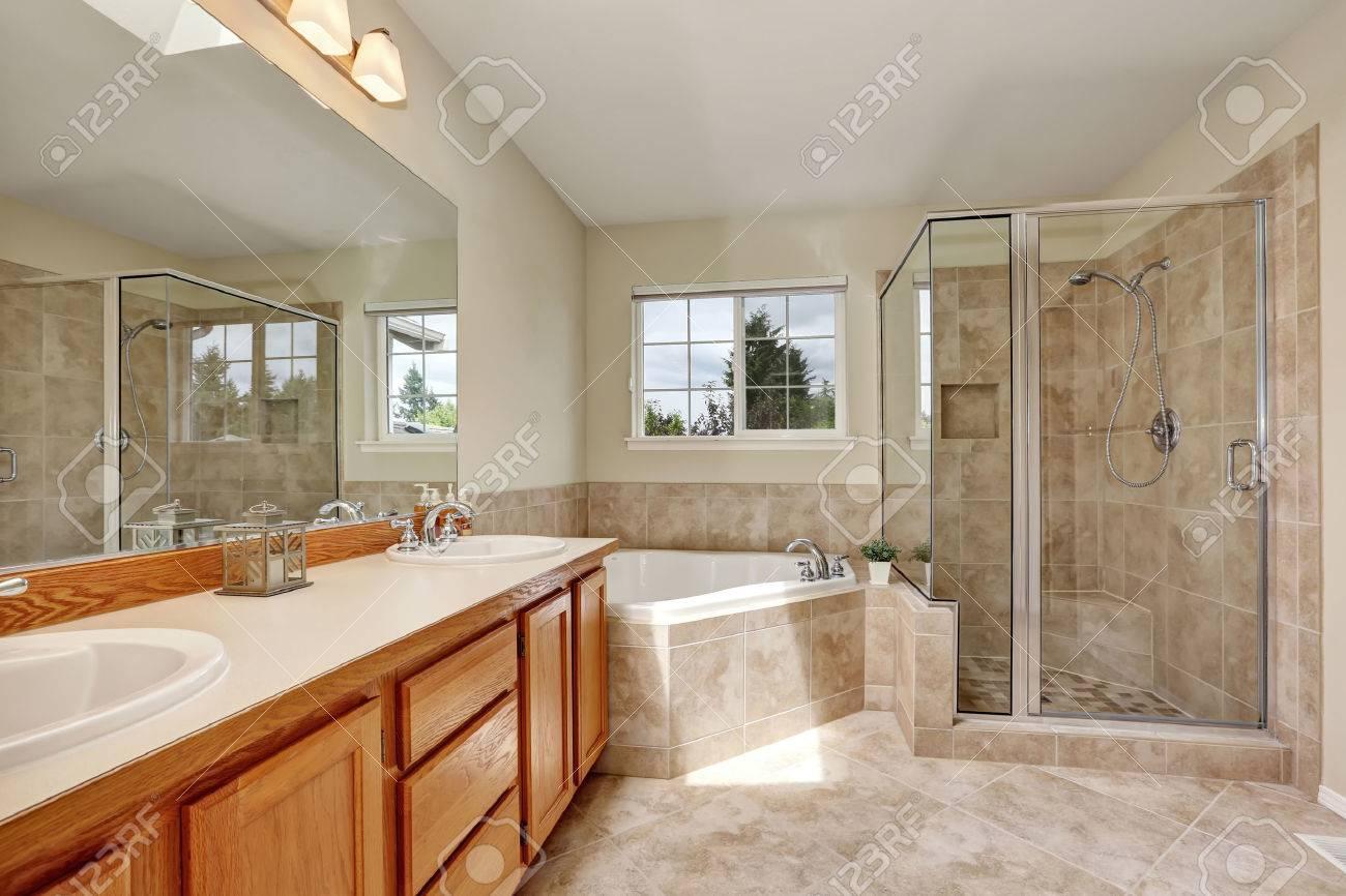 salle de bain principale avec baignoire d angle puits de lumiere et un sol carrele northwest etats unis
