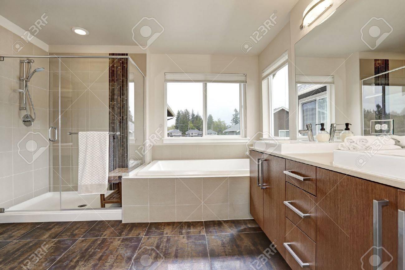 blanc interieur de salle de bains moderne dans la maison flambant neuf double meuble lavabo avec un grand miroir douche walk in salle de bain
