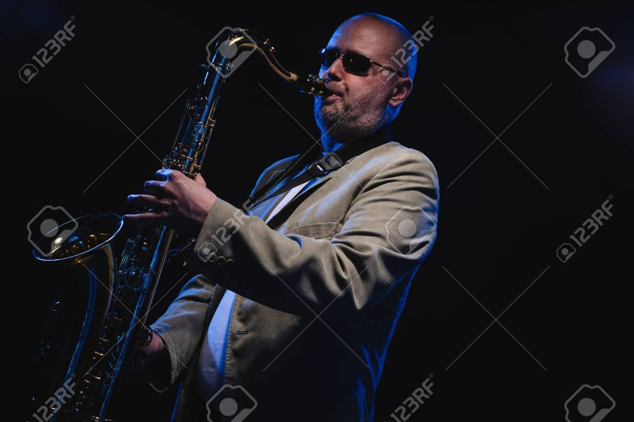 https fr 123rf com photo 27866929 musicien adulte jouant du saxophone t c3 a9nor fond bleu fum c3 a9 html