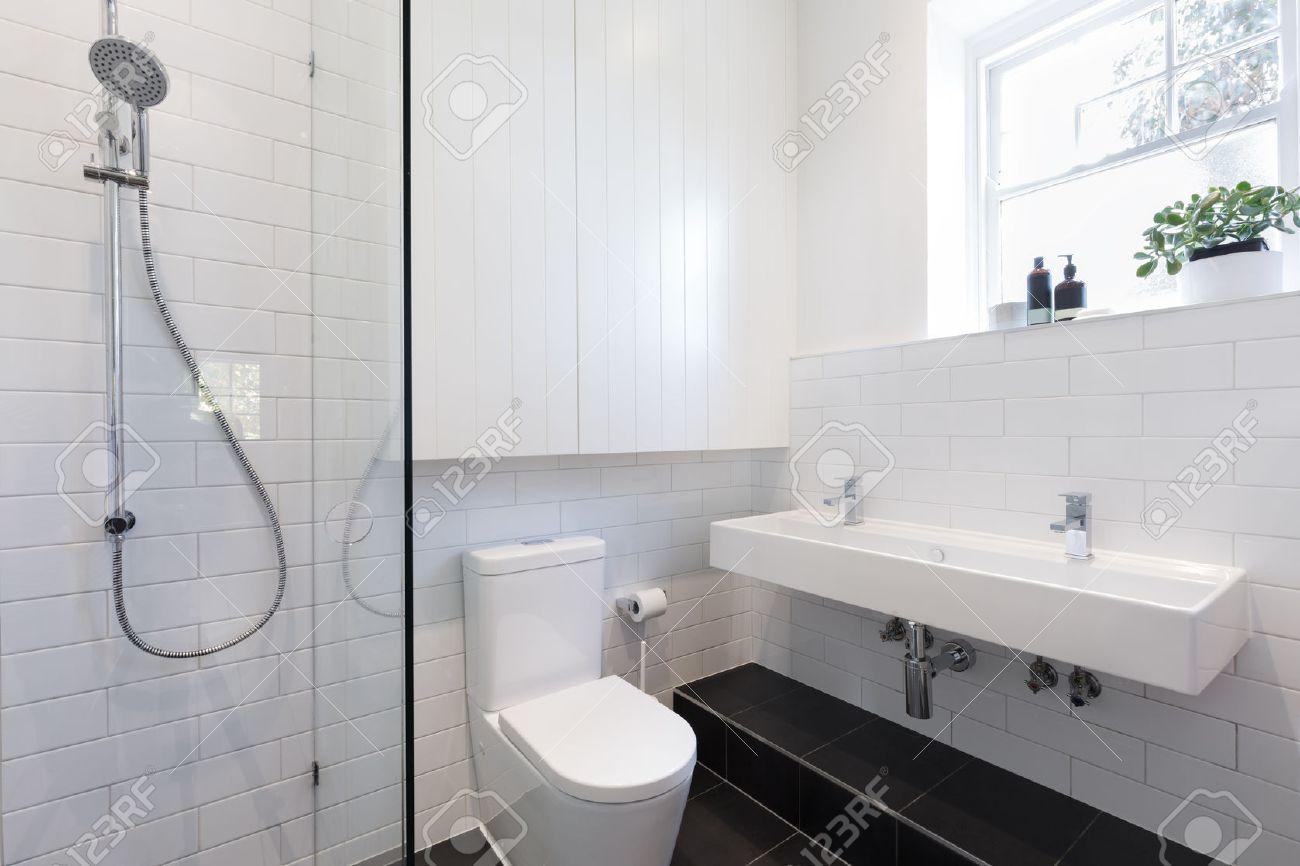petite salle de bain attenante avec carrelage blanc pose dans un motif en brique