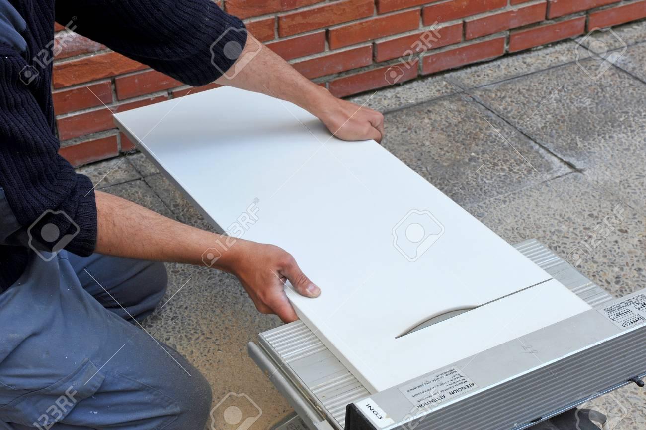 carpenter couper un panneau melamine blanc avec electrique disque de scie
