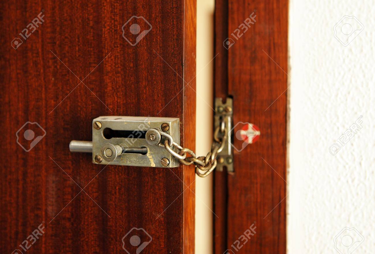 porte d entree de la maison avec chaine de securite et serrure