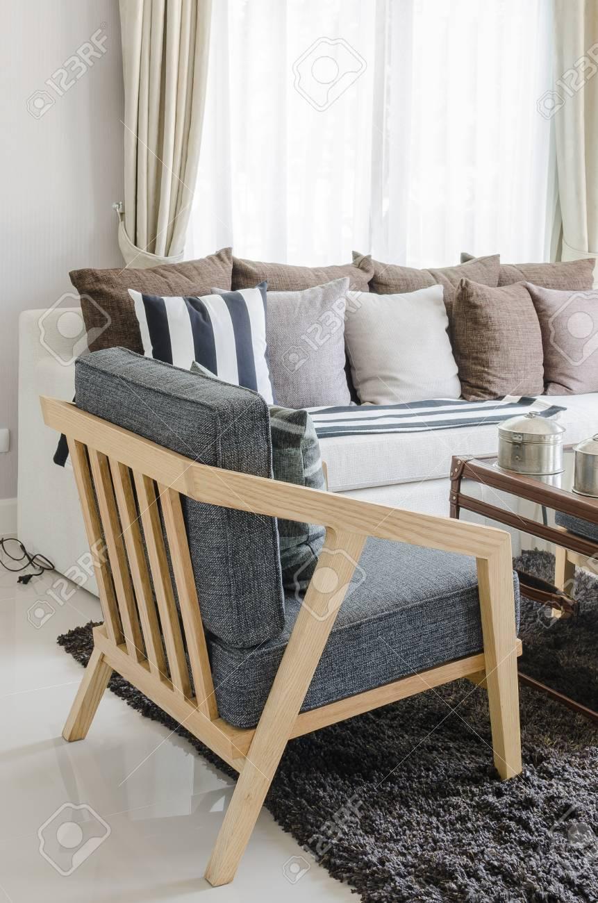 chaise en bois moderne dans le salon a la maison banque d images et photos libres de droits image 37699111