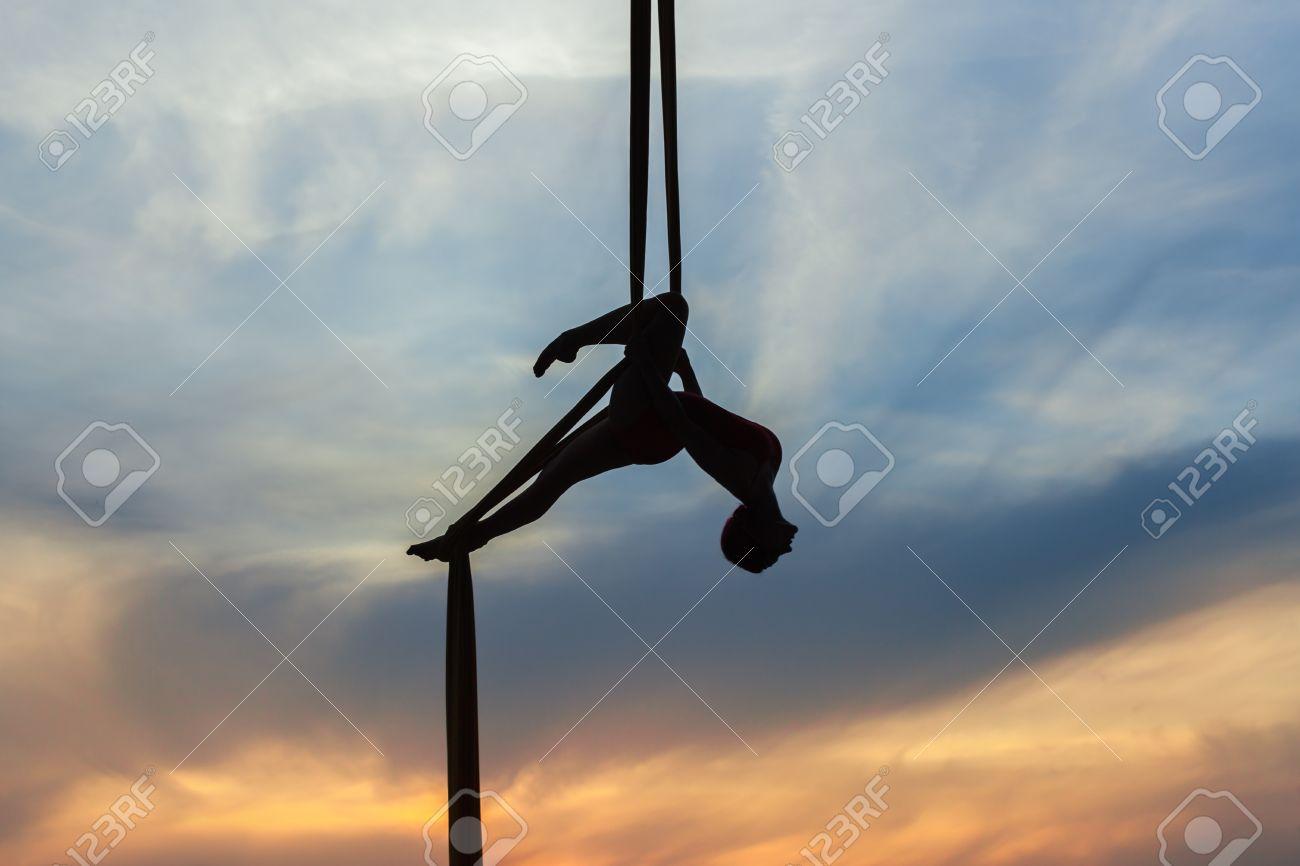 https fr 123rf com photo 86280414 femme dans un hamac fait des tours contre le ciel elle est une athl c3 a8te acrobate a c3 a9rienne html