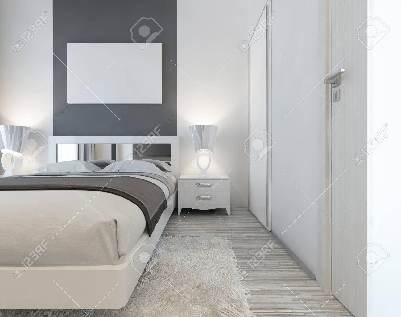 lit moderne avec tete de lit et tables de chevet en miroir avec des lampes pres du lit une grande armoire coulissante et un shaggy tapis blanc