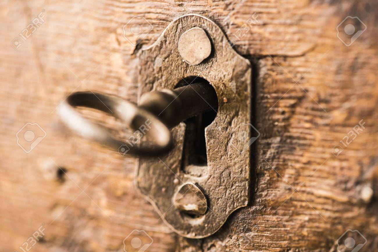 ancienne cle de squelette antique dans la serrure de l armoire en bois