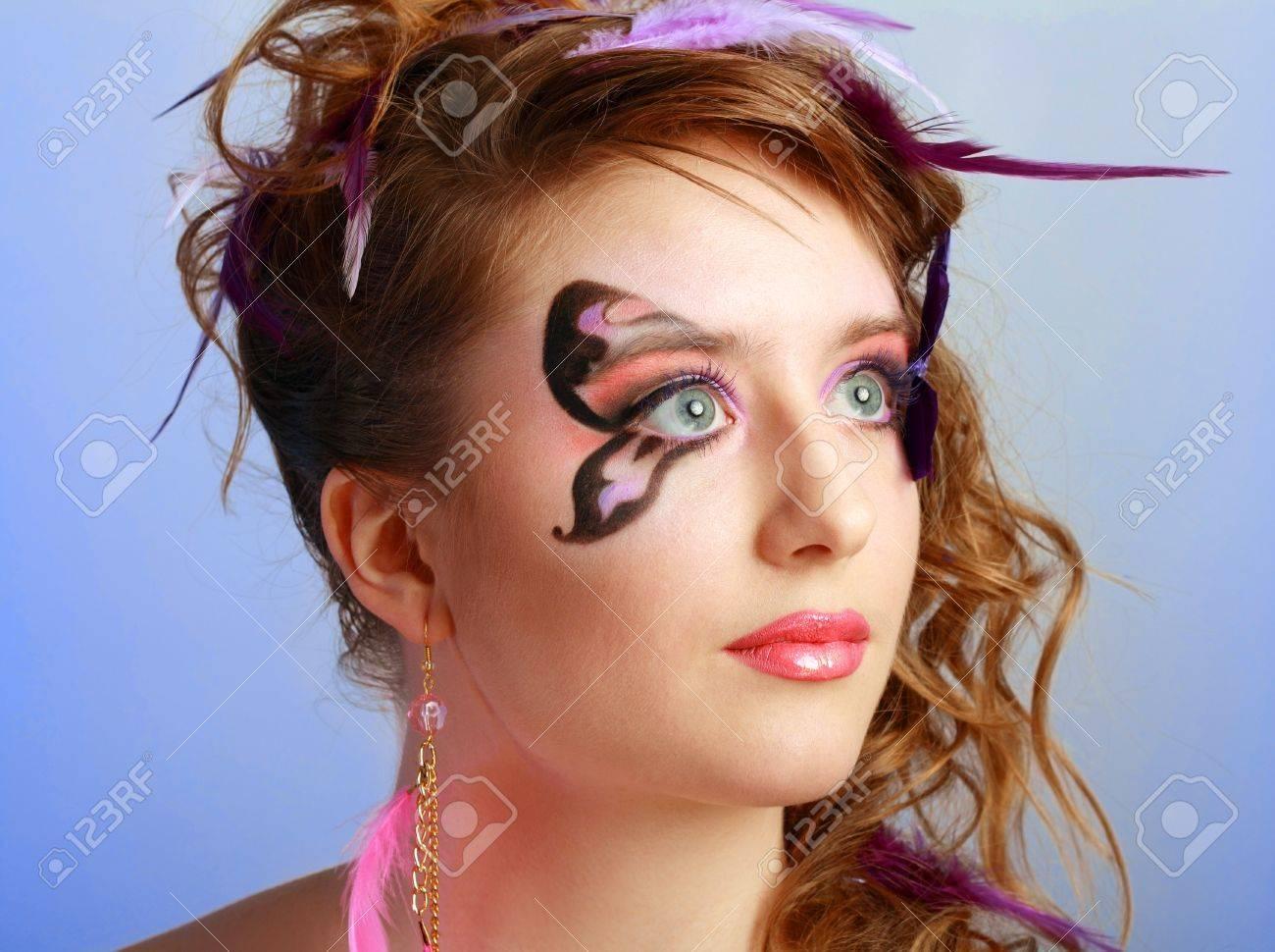 femmes jeune modele beautyful avec le papillon parfait le maquillage et la coiffure clouse up