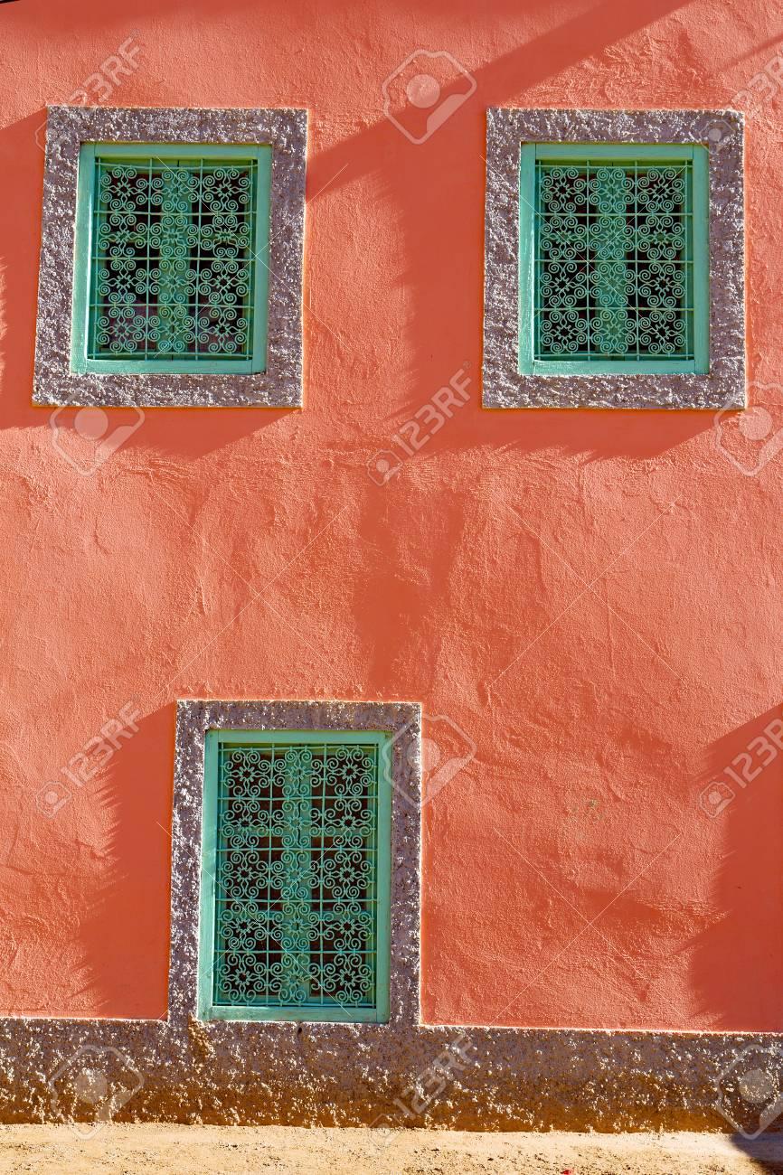 orange fenetre dans maroc afrique vieux construction et brun mur tapis rouge banque d images et photos libres de droits image 61701001