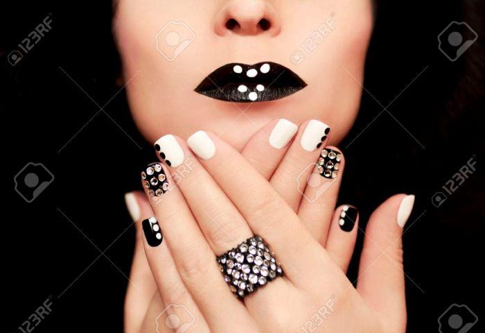Manicura Multicolor Con El Blanco Y Negro Esmalte De Uñas Decoradas