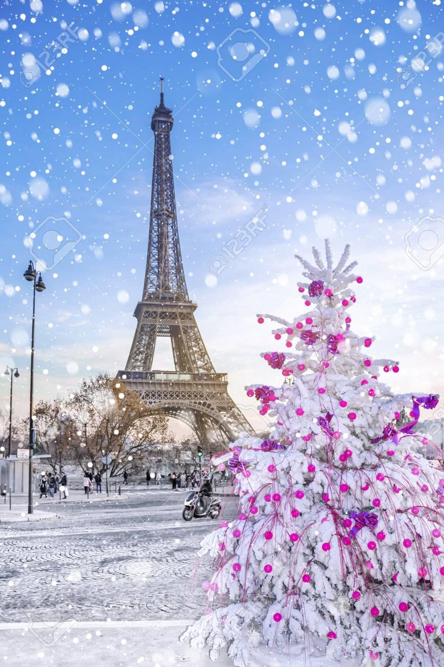 Immagini di torre eiffel è la principale attrazione di parigi sullo sfondo di alberi di natale gelido coperti di neve in inverno. Immagini Stock La Torre Eiffel E L Attrazione Principale Di Parigi Sullo Sfondo Degli Alberi Di Natale Coperti Di Neve In Inverno Cartolina D Auguri Di Viaggio Da Parigi Con Amore Francia Image