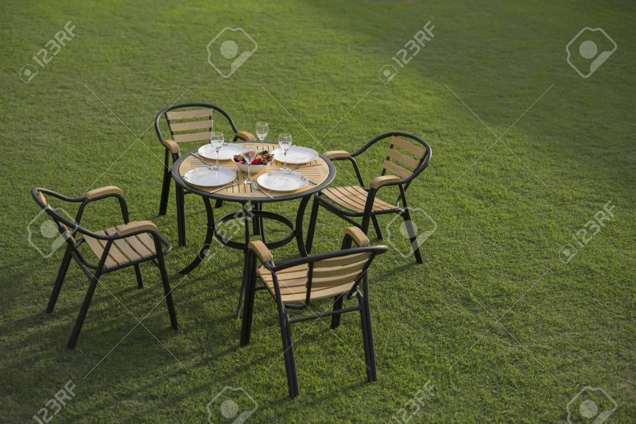 banque d images table et chaises de jardin avec couverts