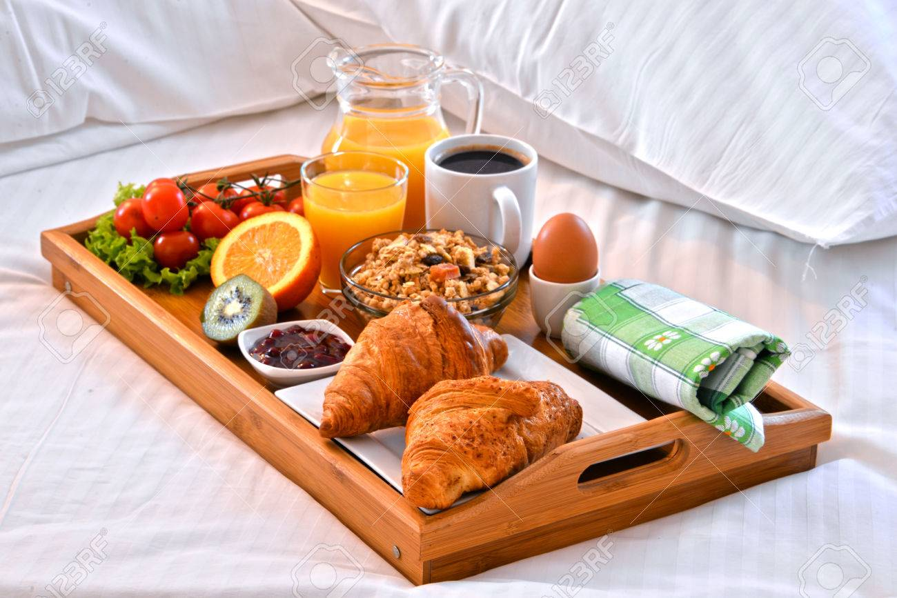 banque d images plateau de petit dejeuner au lit dans la chambre d hotel