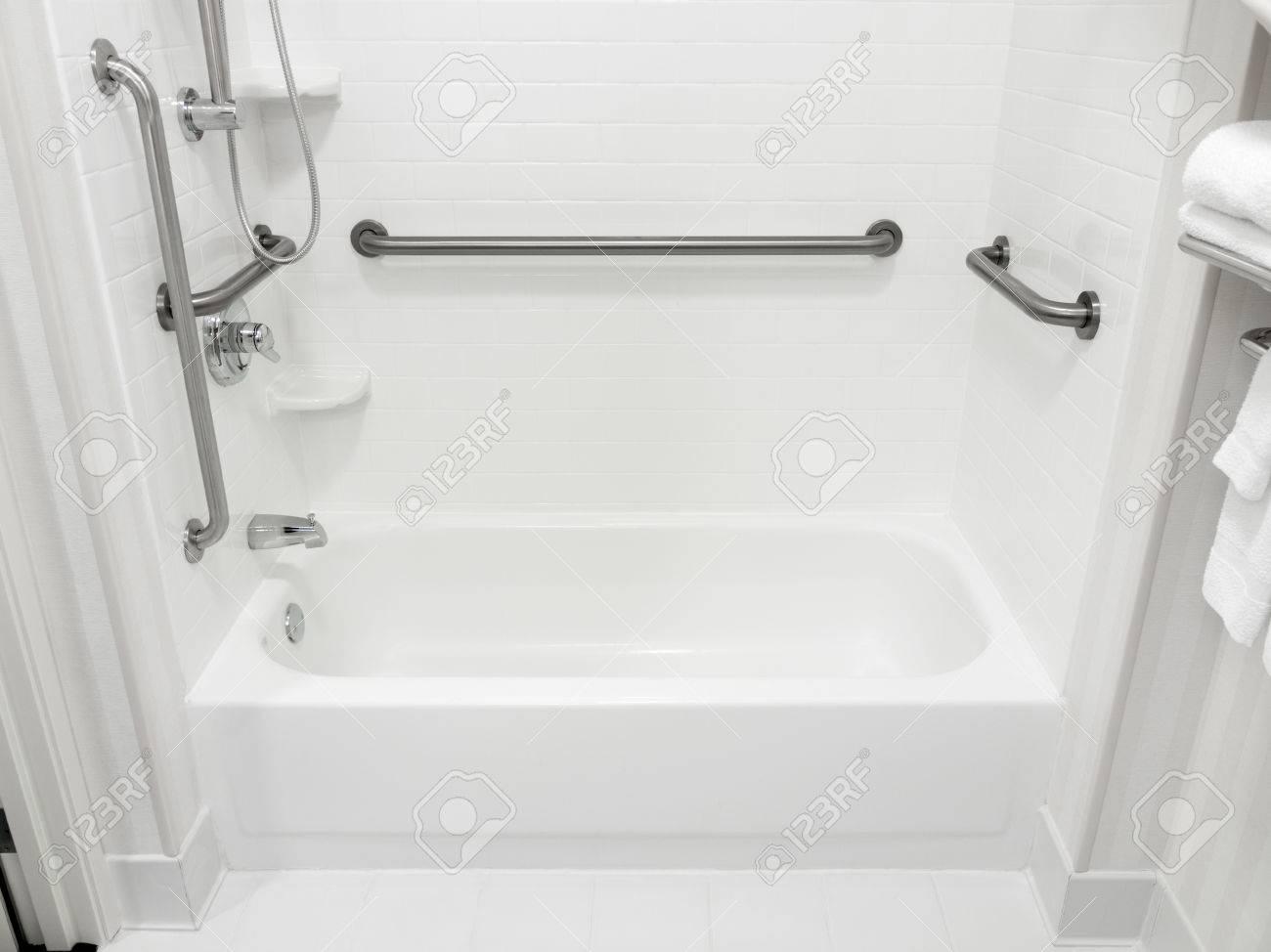 acces handicapes handicapes baignoire salle de bain avec barres d appui banque d images et photos libres de droits image 77879071