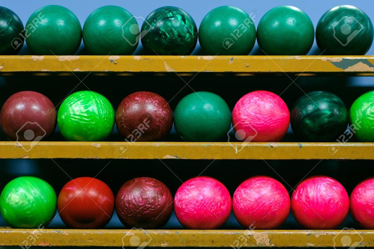 bild von bowling balle in einem ball rack lizenzfreie fotos bilder und stock fotografie image 77879115
