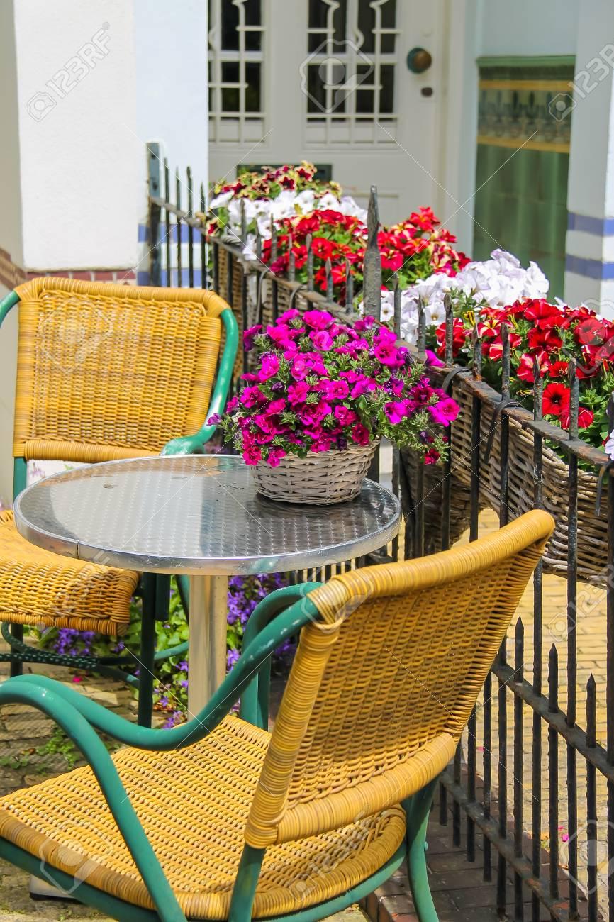 petite table et deux chaises sur une terrasse cloturee pres du batiment zandvoort les pays bas banque d images et photos libres de droits image 48498624