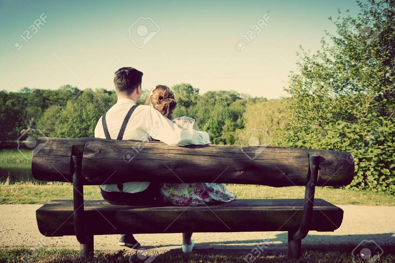 jeune couple amoureux assis ensemble sur un banc dans le parc de l ete homme portant chemise avec des bretelles avenir heureux concepts de mariage