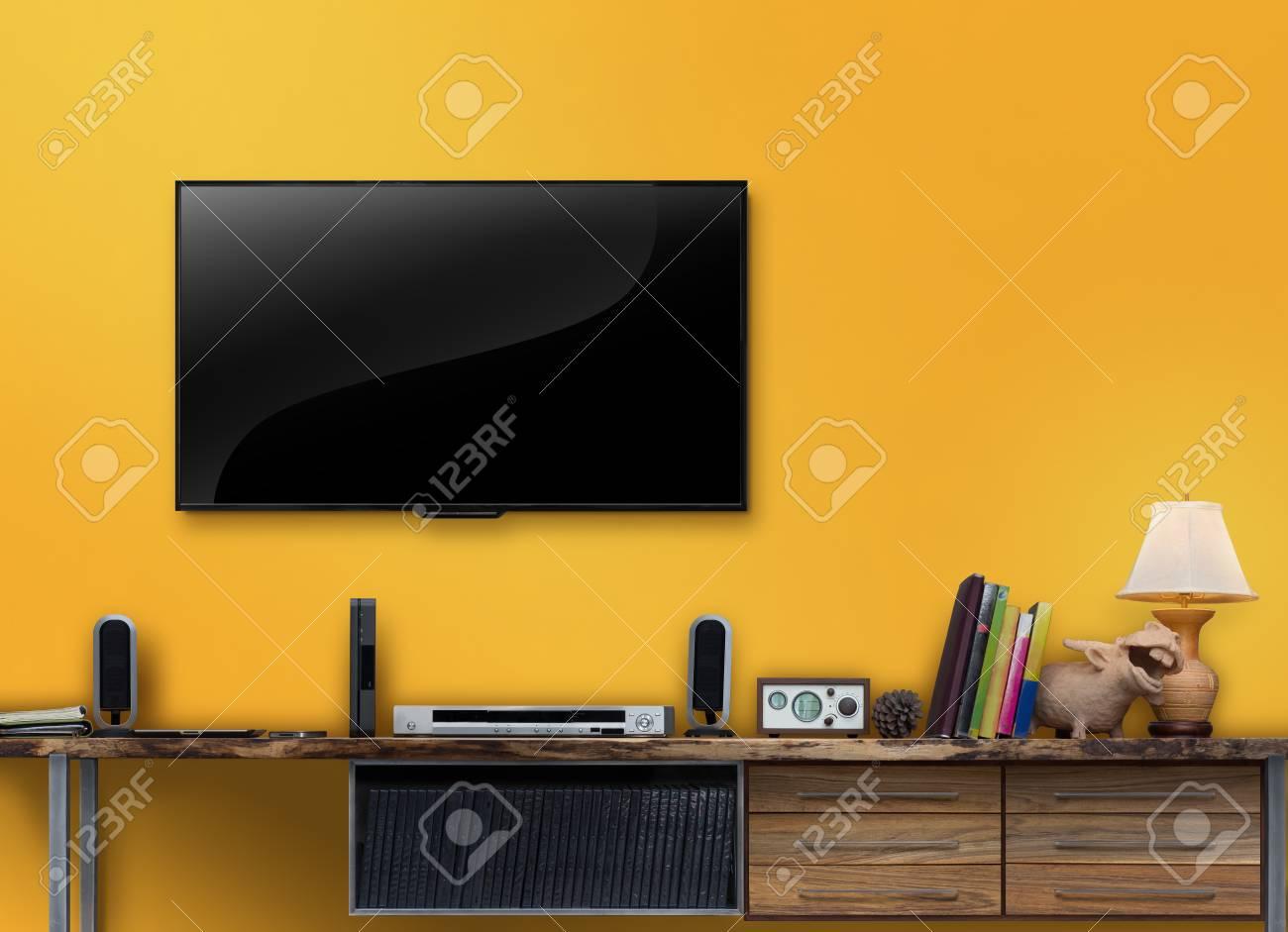 banque d images led tv meuble multimedia en bois avec mur jaune dans le salon
