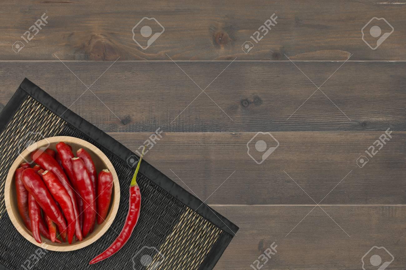 piment rouge dans un bol sur un tapis de bambou place sur une table en bois banque d images et photos libres de droits image 96551355